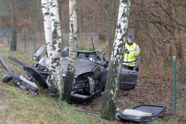 <p>Ein Rettungshubschrauber war im Einsatz.</p>  <p>Die Kameraden der Freiwilligen Feuerwehr Lunzenau musste das Auto zerlegen, um den Fahrer daraus zu befreien.</p>  <p></p>