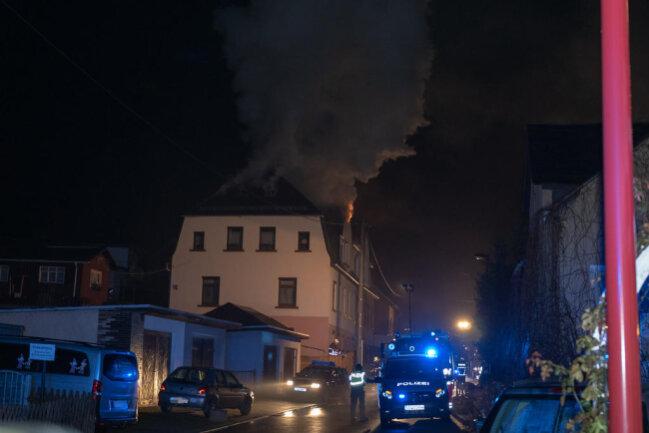 <p>Im Einsatz waren neben Polizei und Rettungsdienst mehr als 70 Feuerwehrleute.</p>
