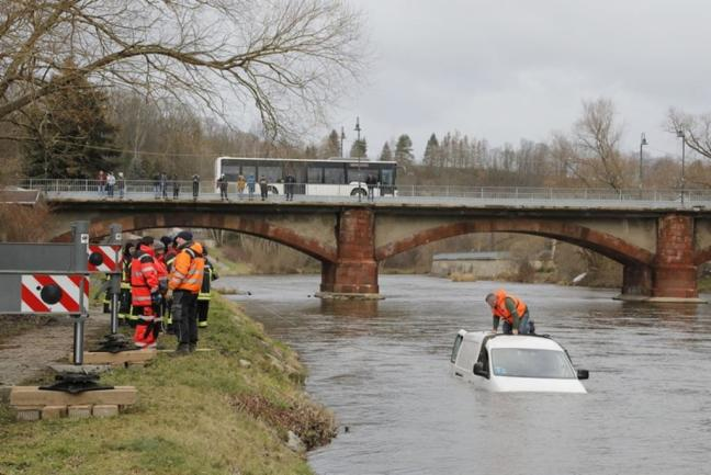 <p>Durch die Strömung wurde der Kleintransporter etwa 80 Meter flussabwärts getrieben.</p>