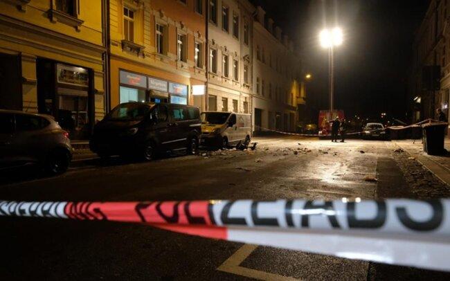 <p>Auf der Suche nach den Tätern, die am Donnerstagabend eine Explosion vor dem AfD-Büro in Döbeln ausgelöst haben, hat die Polizei drei Verdächtige ermittelt.</p>