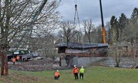 <p>Vorbereitend wurden zuletzt Überreste der Brücke beseitigt und nach verschiedenen Materialien getrennt. Die unterhalb des Brückenkörpers verlaufenden alten Leitungen wurden getrennt.</p>