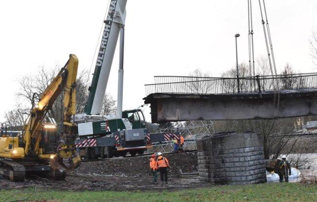 <p>Die Brücke bestand aus zwei Teilen, die getrennt heruntergehoben werden mussten.</p>
