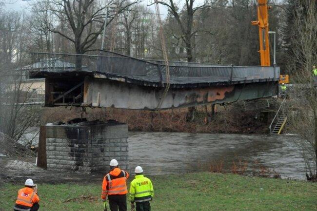 <p>Zwei Kräne waren nötig, um das große, bis zu 70 Tonnen schwere Brückenteil zu heben.</p>