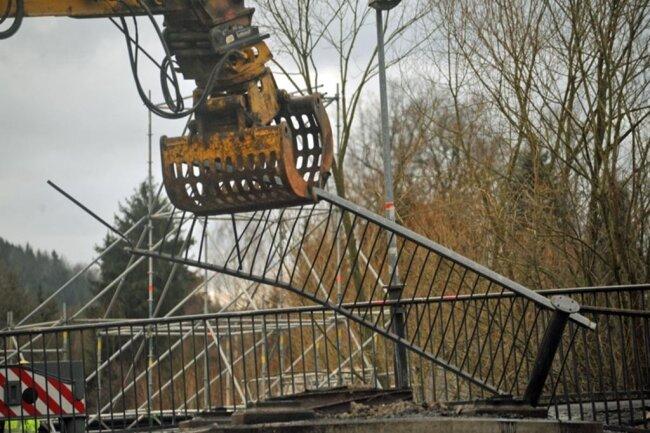 <p>Die Firma Ullrich Krane aus Chemnitz hatte den Plan für den Brückenabriss ausgetüftelt. Das Unternehmen hatte als einziger von drei Anbietern mit zwei Kranen geplant und der Stadt im November ein detailliert berechnetes Konzept für den Abriss der verbrannten Fußgängerbrücke vorgelegt.</p>