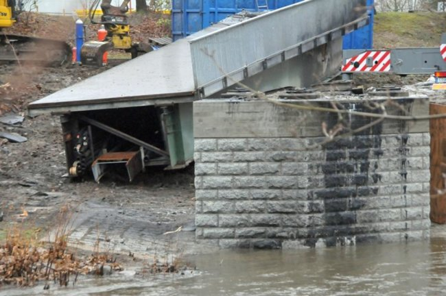 <p>Nachdem die Brücke gegen 8.30 Uhr stabil lag wurde ein erstes, etwa 20 Tonnen schweres Teilstück abgeschnitten und der Brückenkörper danach weiter in Richtung Ufer gezogen.</p>