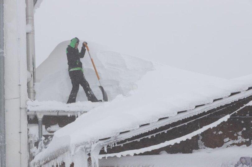 <p>Fichtelberg: Auf den Dächern setzt der Schnee den Gebäuden zu.</p>