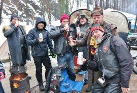 <p>Treffen trotz Absage - hier im Steinbruch. Trotz Nieselregens und Schneematsch herrschte gute Laune.</p>
