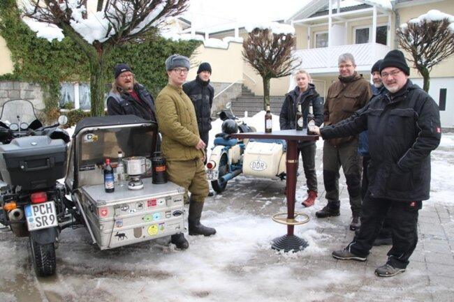 """<p>Gestrandete Motorradfahrer machten einen Frühschoppen auf dem Parkplatz des Hotels """"Am Kunnerstein"""", wo sie sich sich einquartiert hatten.</p>"""