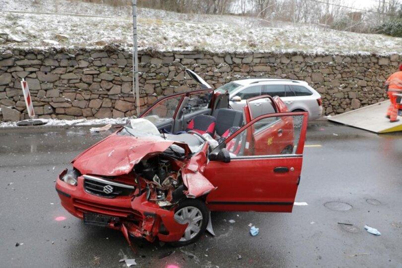 <p>Schwerer Unfall am Freitagfrüh auf der S200: Gegen 6 Uhr ist zwischen Altmittweida und Mittweida ein Suzuki bei winterlicher Witterung ins Schleudern geraten.</p>