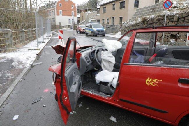 <p>Der Fahrer des Suzuki musste von der Feuerwehr aus dem Wrack befreit werden.</p>