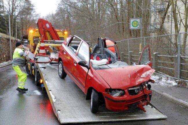 <p>Dazu wurde das Dach aufgeschnitten. Der Fahrer kam ins Krankenhaus.</p>