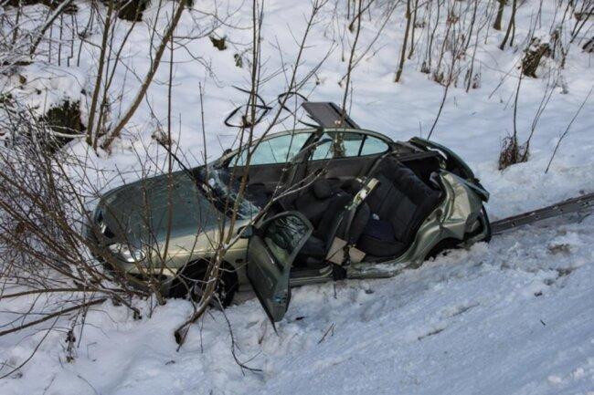 <p>Die Rettungskräfte mussten das Dach des Renault abnehmen, um den Fahrer retten zu können.</p>