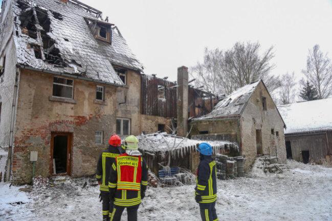 <p>Ein Autofahrer alarmierte Polizei und Feuerwehr. Als die ersten Einsatzkräfte vor Ort waren, stand das Gebäude bereits vollständig in Flammen.</p>