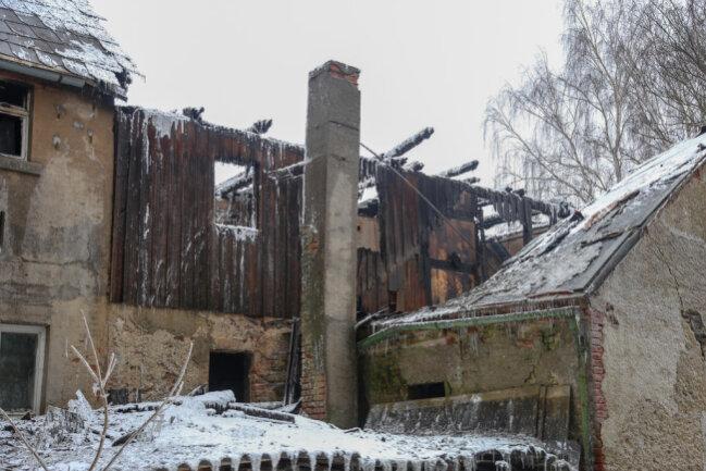 <p>Teile des Dachstuhls stürzten auf die Bundesstraße. Die Feuerwehr entschied sich dazu, das Gebäude kontrolliert abbrennen zu lassen.</p>