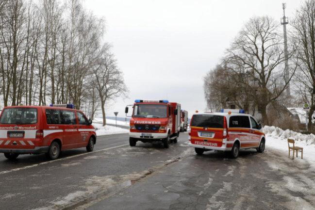 <p>Bei dem Einsatz wurde ein Feuerwehrmann verletzt und musste von Rettungskräften vor Ort versorgt werden.</p>