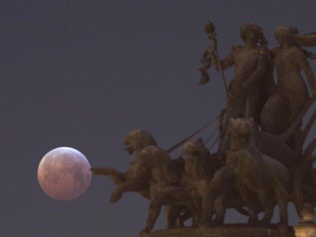 <p>Als roter, sogenannter «Blutmond» präsentiert sich der Vollmond hinter der Panther-Quadriga auf der Semperoper in Dresden.</p>