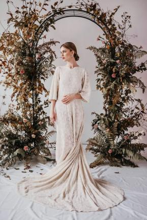 <p>Model Alex Oravec zeigt Designs von Yoora Studio, einem Atelier für maßgeschneiderte Bio-Hochzeitsmode in Bratislava. Die Spitzen dafür bezieht das junge Label von der Firma Modespitze.</p>