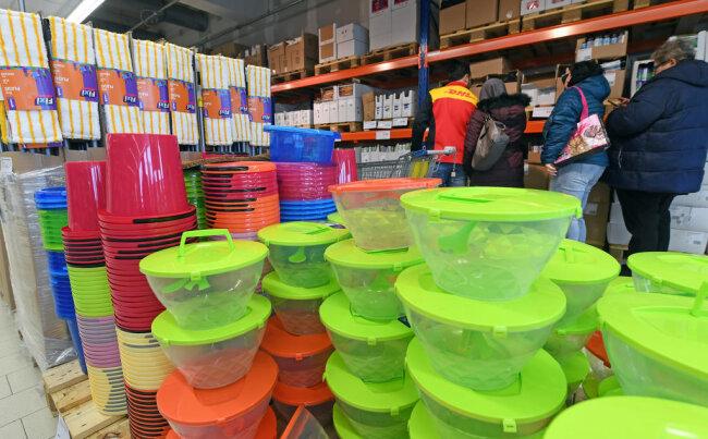 <p>Die Einrichtung ist äußerst schlicht. Kunden greifen die Ware direkt von der Palette ab. Lebensmittel machen etwa 70 Prozent des Angebotes aus, aber auch Textilien, Drogerieartikel und Haushaltwaren gehören zum Sortiment.&nbsp;</p>