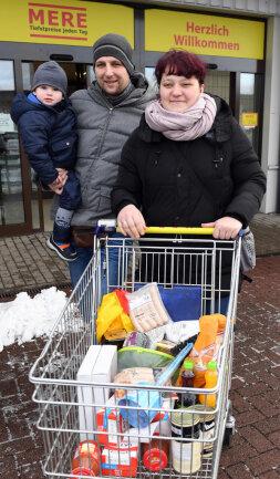 <p>Patrick Serig mit Ehefrau Nicol und Sohn Janik sind die ersten Kunden des russischen Discounters Torgservis in Leipzig.</p>  <p></p>