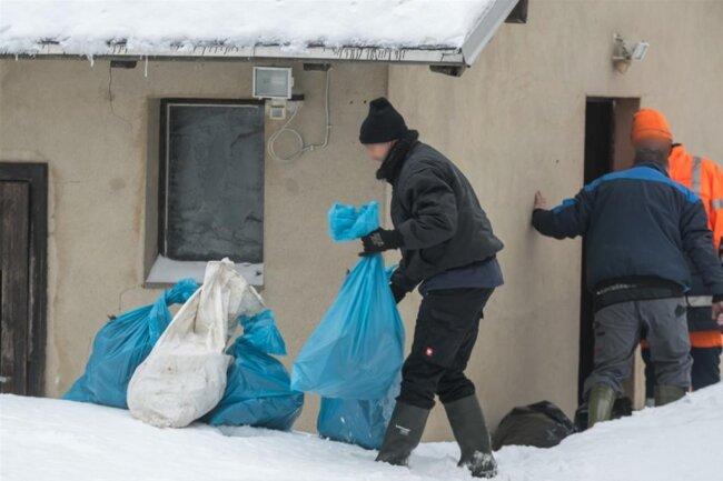 <p>Aus einem Nebengebäude des Hauses wurden Tierkader, verpackt in Müllsäcken, geborgen.</p>