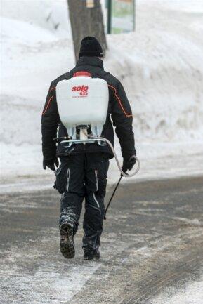 <p>Ein Mitarbeiter des Landratsamtes mit einer Rückenspritze, in der sich Desinfektionsmittel befindet.</p>