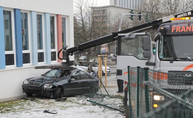 <p>Bei dem Versuch rückwärts den Unfallort zu verlassen vefing sich das Auto im Zaun, weshalb Fahrer und Beifahrer zu Fuß in verschiedene Richtungen flüchteten.</p>