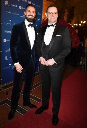 <p>Jens Spahn (CDU, r), Bundesminister für Gesundheit, kommt mit seinem Partner Daniel Funke</p>