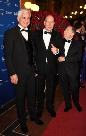 <p>Hans-Joachim Frey (l-r), Chef des Semper-Opernballs, Fürst Albert von Monacco, und Jean Todt, Präsident des Motorsport-Weltverbands FIA</p>