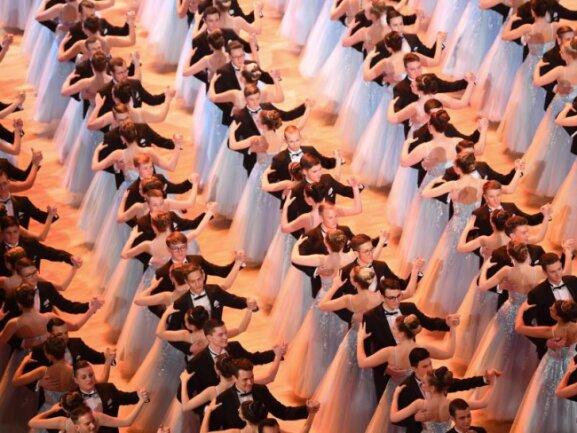 <p>Perfekte Harmonie:&nbsp;Der Walzer der Debütanten. Foto:&nbsp;Britta Pedersen</p>