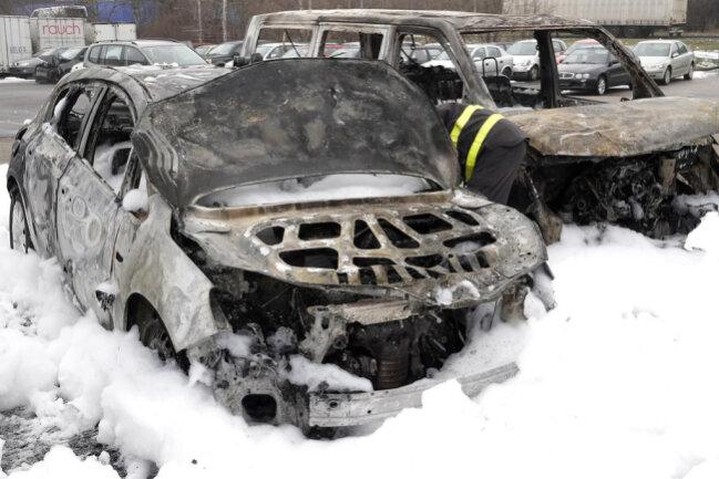 <p>Die beiden Autos brannten vollständig aus, zwei weitere wurden dadurch beschädigt.</p>