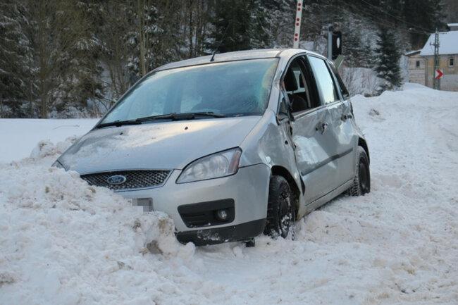 <p>Ein Ford war gegen 7.30 Uhr von der Straße abgekommen und bei dem Bahnübergang am Straßenrand in einem Schneehaufen stecken geblieben.</p>