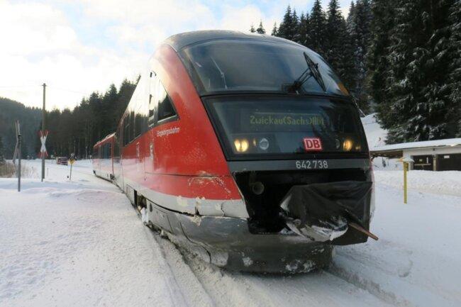 <p>Eine Erzgebirgsbahn, die von Johanngeorgenstadt in Richtung Zwickau unterwegs war, kollidierte mit dem Wagen.</p>