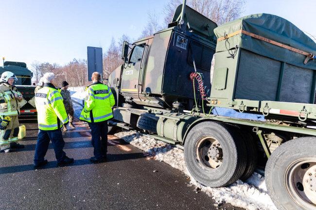 <p>Der Fahrer des Sattelschleppers mit Tieflader musste den Angaben nach einemvor ihm fahrenden Fahrzeug ausweichen.</p>