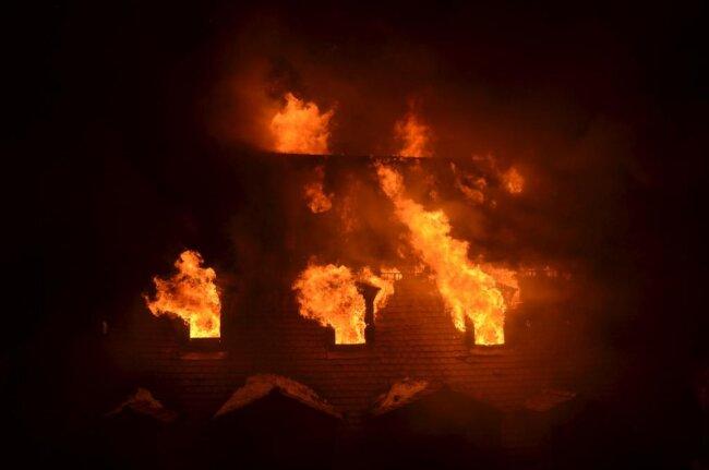 <p>Der Dachstuhl und das Dachgeschoss eines großteils leerstehenden Wohnhauses wurden zerstört.</p>