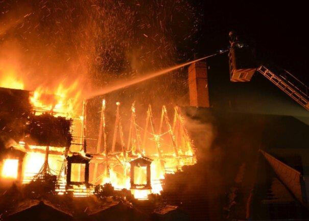<p>In der Freiberger Altstadt hat ein Brand in der Nacht zum Sonntag drei Gebäude beschädigt und wohl auch ein Todesopfer gefordert.</p>