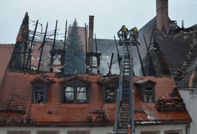 <p>Nach Abschluss der Löscharbeiten am Mittag fanden Feuerwehrleute eine Leiche in der Brandruine.</p>