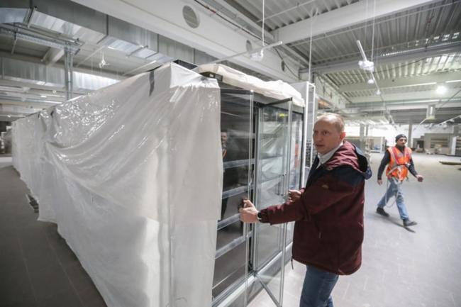 <p>Globus-Projektleiter Heiko Weigert prüft eines der Kühlregale.</p>