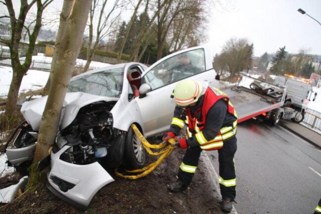 <p>Der Notruf ging gegen 13.50 Uhr in der Chemnitzer Rettungsleitstelle ein. Der Fahrer habe sich selbst befreien können, hieß es weiter. Er wurde verletzt ins Krankenhaus gebracht.</p>