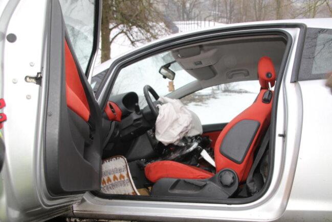 <p>Zudem mussten die Einsatzkräfte auch das Unfallauto sichern. Es drohte, den Hang hinabzurutschen. Warum der Pkw-Fahrer mit seinem Auto von der Straße abgekommen war, ist noch unklar.</p>