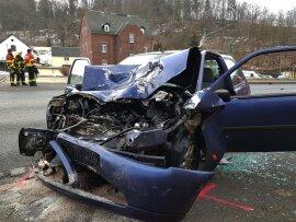 <p>Wie die Polizei mitteilt, war das Auto kurz vor 7 Uhr auf der B 94 in Fahrtrichtung Reichenbach in einer Rechtskurve nach links abgekommen und dort mit einem entgegenkommenden Lkw frontal zusammengestoßen.</p>