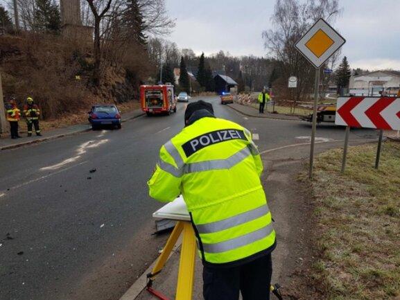 <p>Der 61-jährige Autofahrer sowie zwei mitfahrende, zwölf- und 14-jährige Mädchen wurden dabei schwer verletzt und in eine Krankenhaus gebracht.</p>