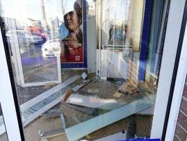 <p>Die Explosion richtete erhebliche Schäden am Automaten und Gebäude an.</p>