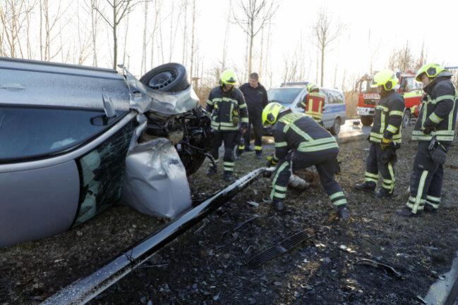 <p>Der Wagen überschlug sich und fällte einen Baum, sowieeine Straßenlaterne.</p>