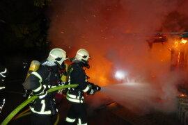 <p>Gegen 22.30 Uhr am Freitagabendwurden die Rettungskräfte wegen eines Brandes im Schönheider Ortsteil Neuheide alarmiert.</p>