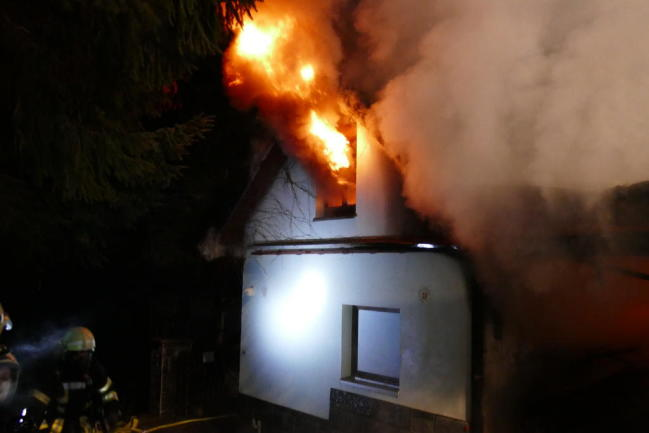 <p>Beim Eintreffen der Feuerwehr stand ein Gebäude bereits in Flammen.</p>
