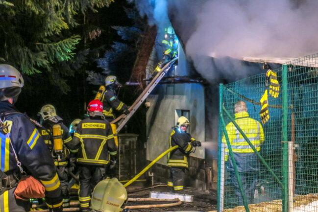 <p>Die Rettungskräfte mussten zudem ein Übergreifen der Flammen auf einen Gastank verhindern.</p>