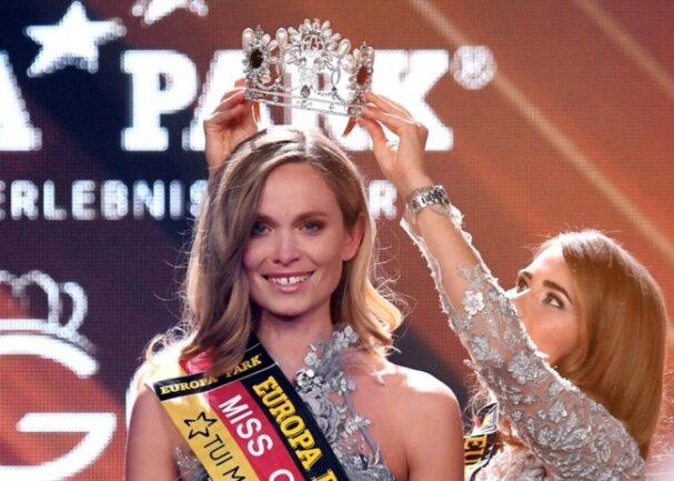 <p>Die neue Miss Germany erhält dabei die Krone von der bisherigen Miss Germany, Anahita Rehbein.</p>