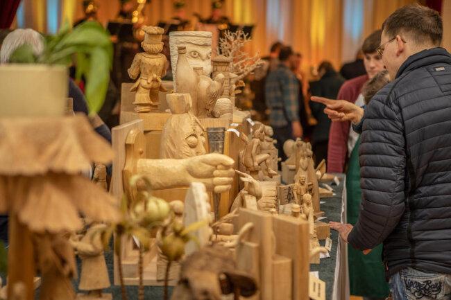 <p>In den zurückliegenden Jahren hat die Veranstaltung&nbsp;regelmäßig mehr als 2000 Besucher angelockt. Und auch die mittlerweile 27. Auflage der Veranstaltung bietet ein breites Spektrum kreativer Holzgestaltung.</p>