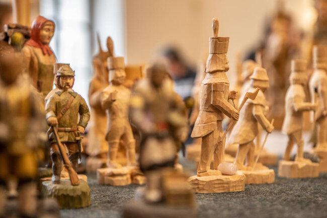 <p>Sehenswert sind auch winzige Holzminiaturen, mit denen ihre Schöpfer die technischen Grenzen der Holzgestaltung ausloten.</p>