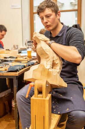 <p>Besucher können vielfältige Bearbeitungstechniken kennenlernen. Die Palette reicht von Holzbildhauerei über das Gestalten von Skulpturen und Reliefs bis hin zum Rinden- beziehungsweise Figurenschnitzen sowie dem Intarsienschneiden.</p>